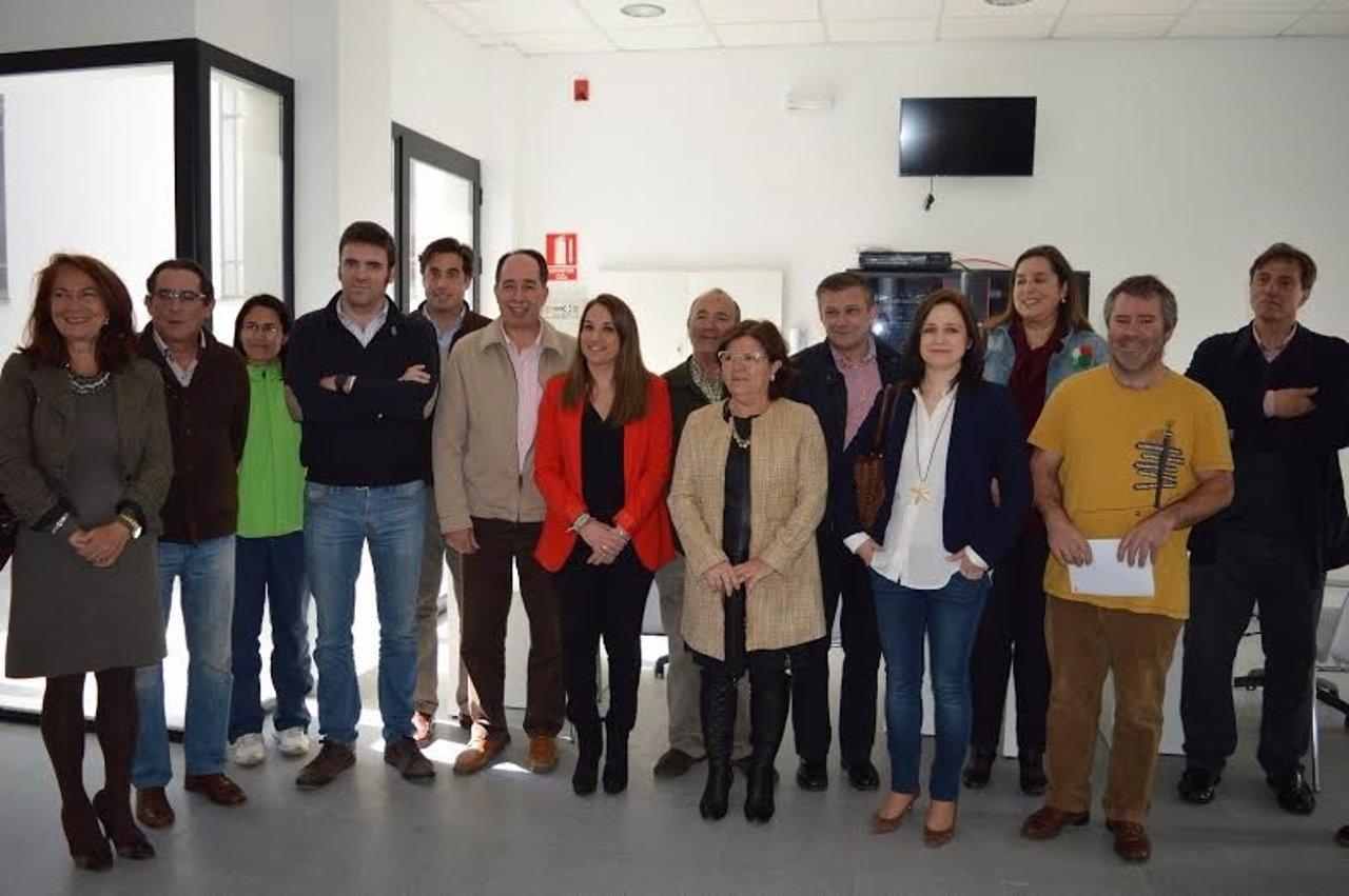 Ruiz (centro) durante la visita a Villanueva de Córdoba