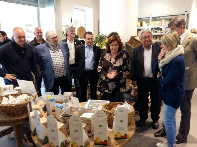 Broto visita la tienda de productos ecológicos 'Semonia' de Atades Huesca