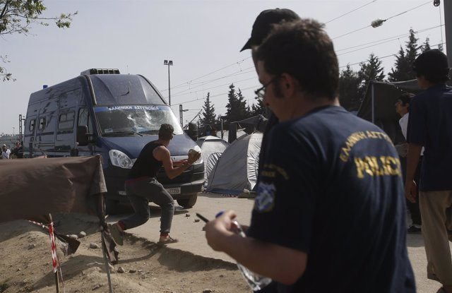 Enfrentamientos entre refugiados y policías cerca de Idomeni