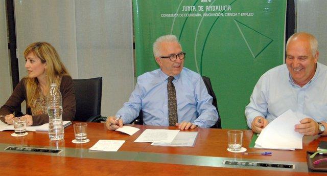 El consejero Sánchez Maldonado con los líderes de UGT-A y CCOO-A