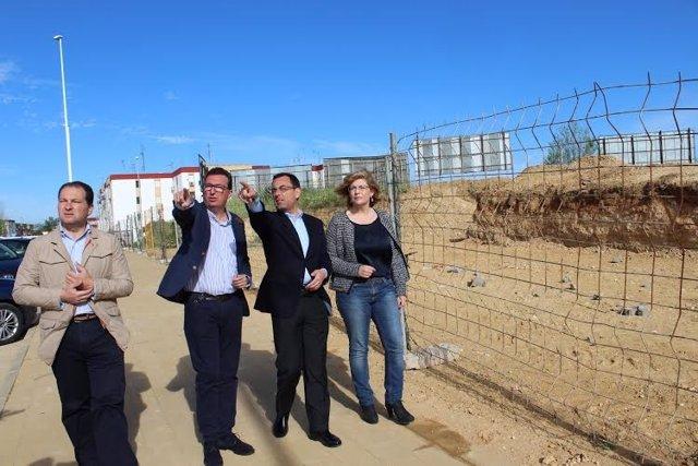 Dirigentes del PP de Huelva en el yacimiento expoliado.