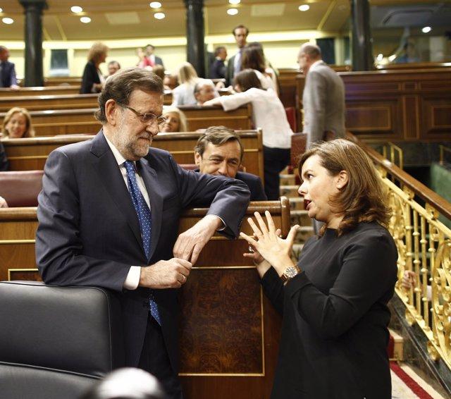 Mariano Rajoy y Soraya Sáenz de Santamaría, con Rafael Hernando detrás