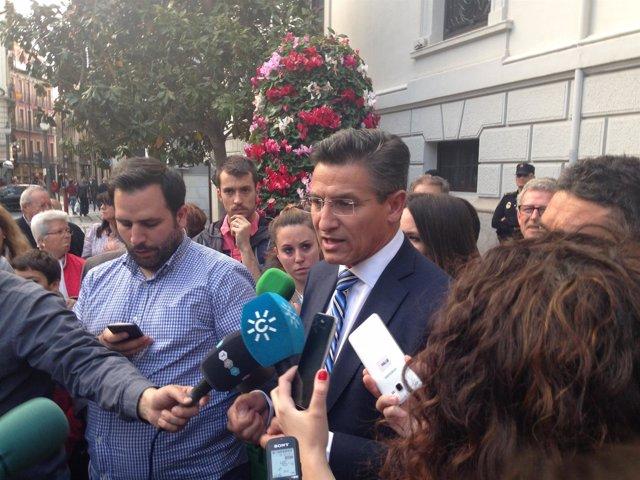 Luis Salvador, atiende a los medios
