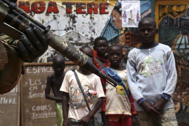 Niños miran a un soldado de la fuerza de la UE en RCA