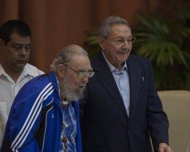 """Raúl Castro anuncia la jubilación de la """"dirección histórica"""" del PCC"""