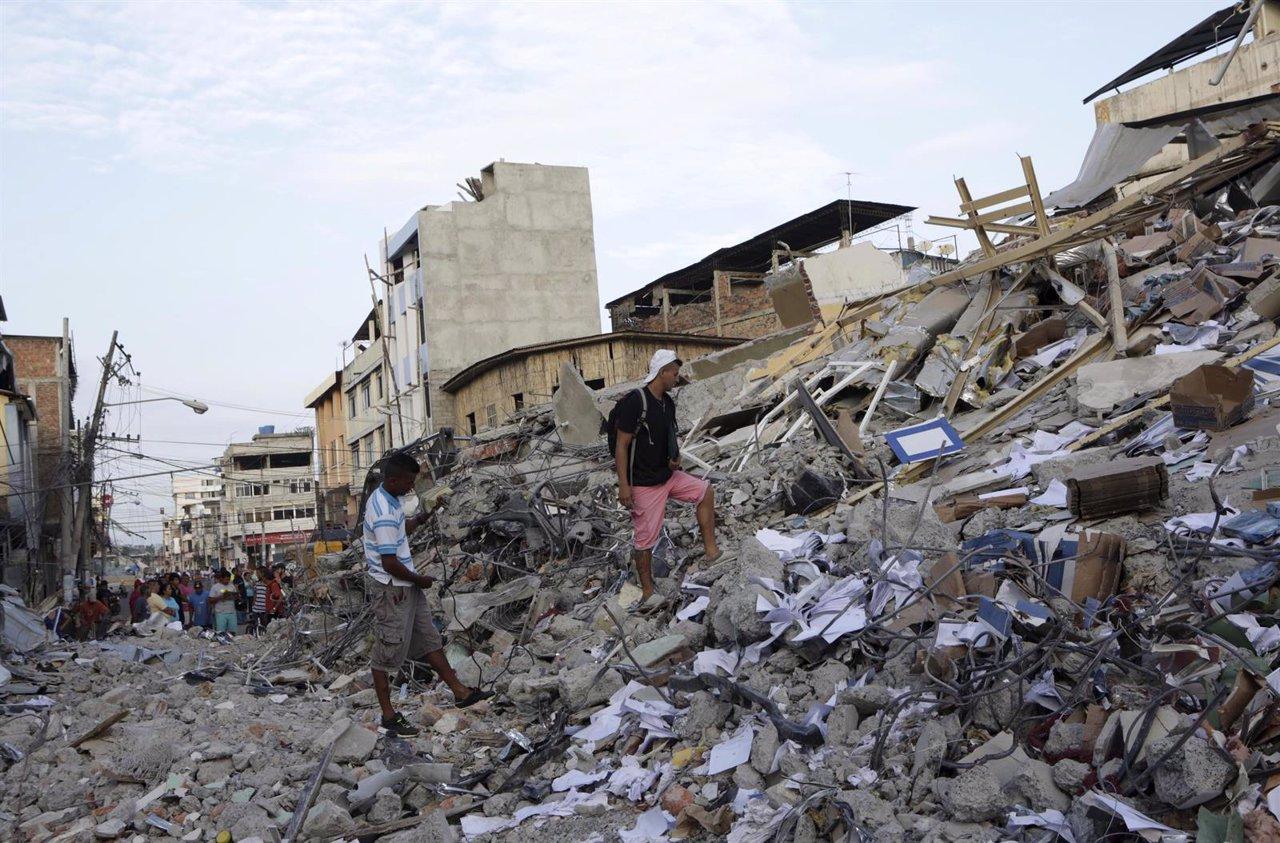 Residentes en un edificio derrumbado por el terremoto en Portoviejo