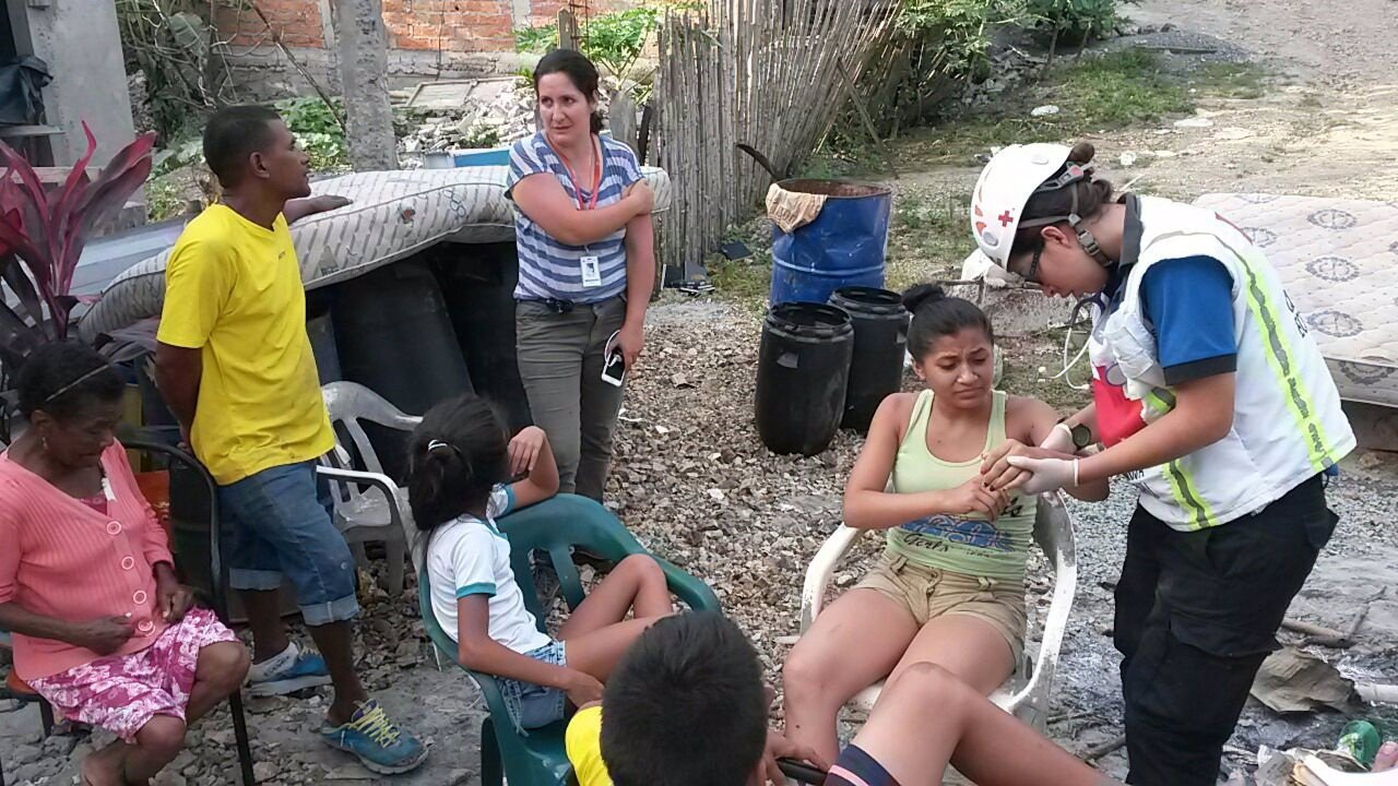 Cruz Roja atiende a víctimas del terremoto de Ecuador