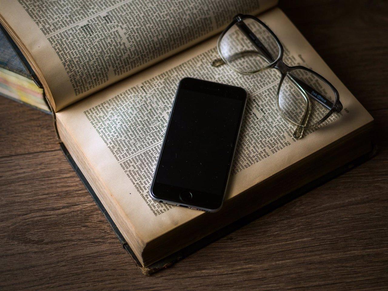 Recurso Libro lectura páginas smartphone móvil app leer