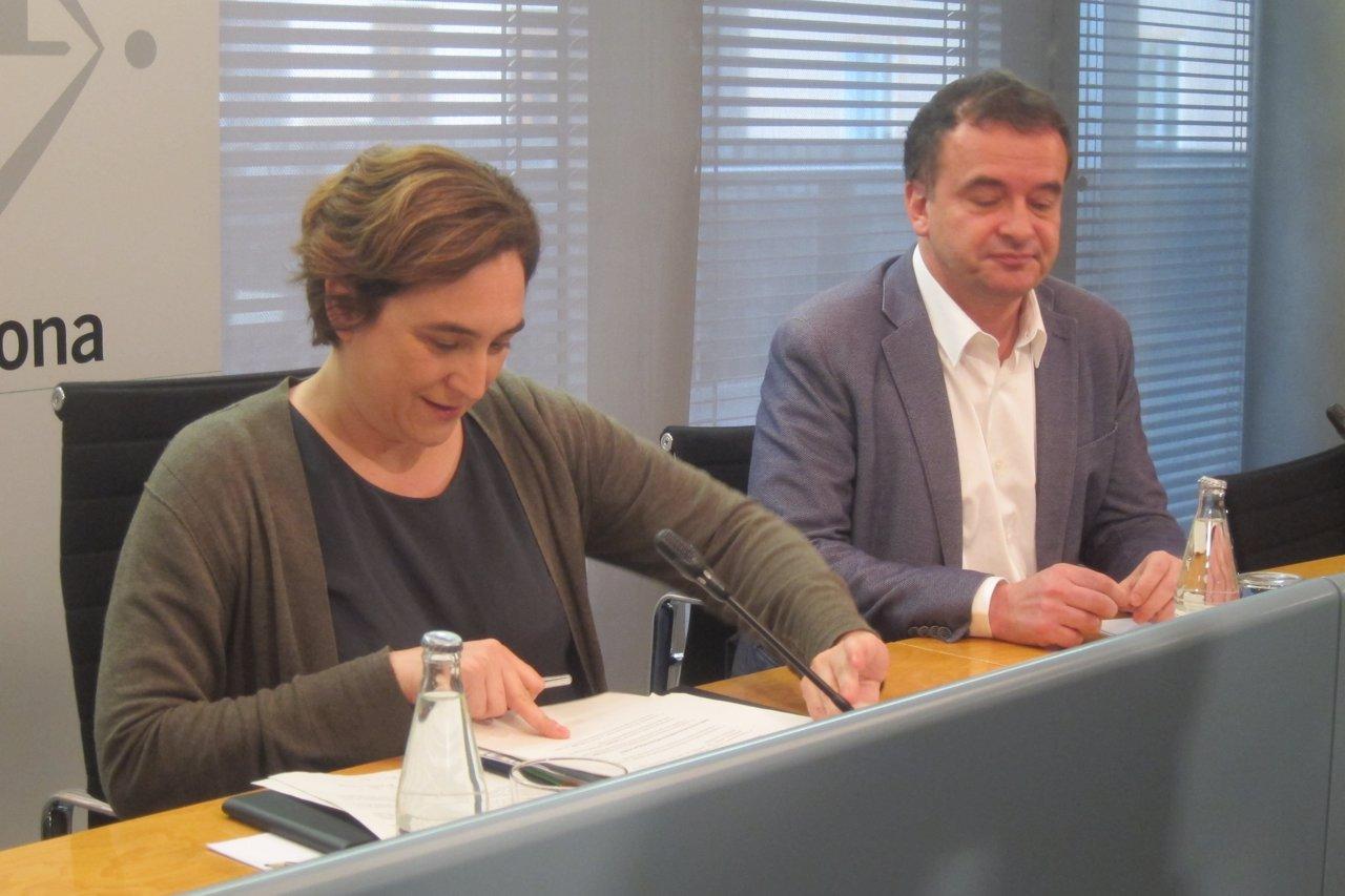 La alcaldesa Ada Colau y el líder municipal de ERC Alfred Bosch