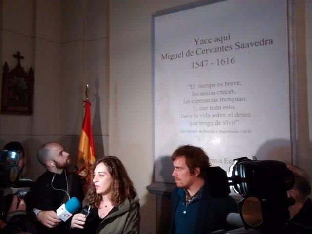 Celia Mayer durante la visita guiada a la tumba de Cervantes