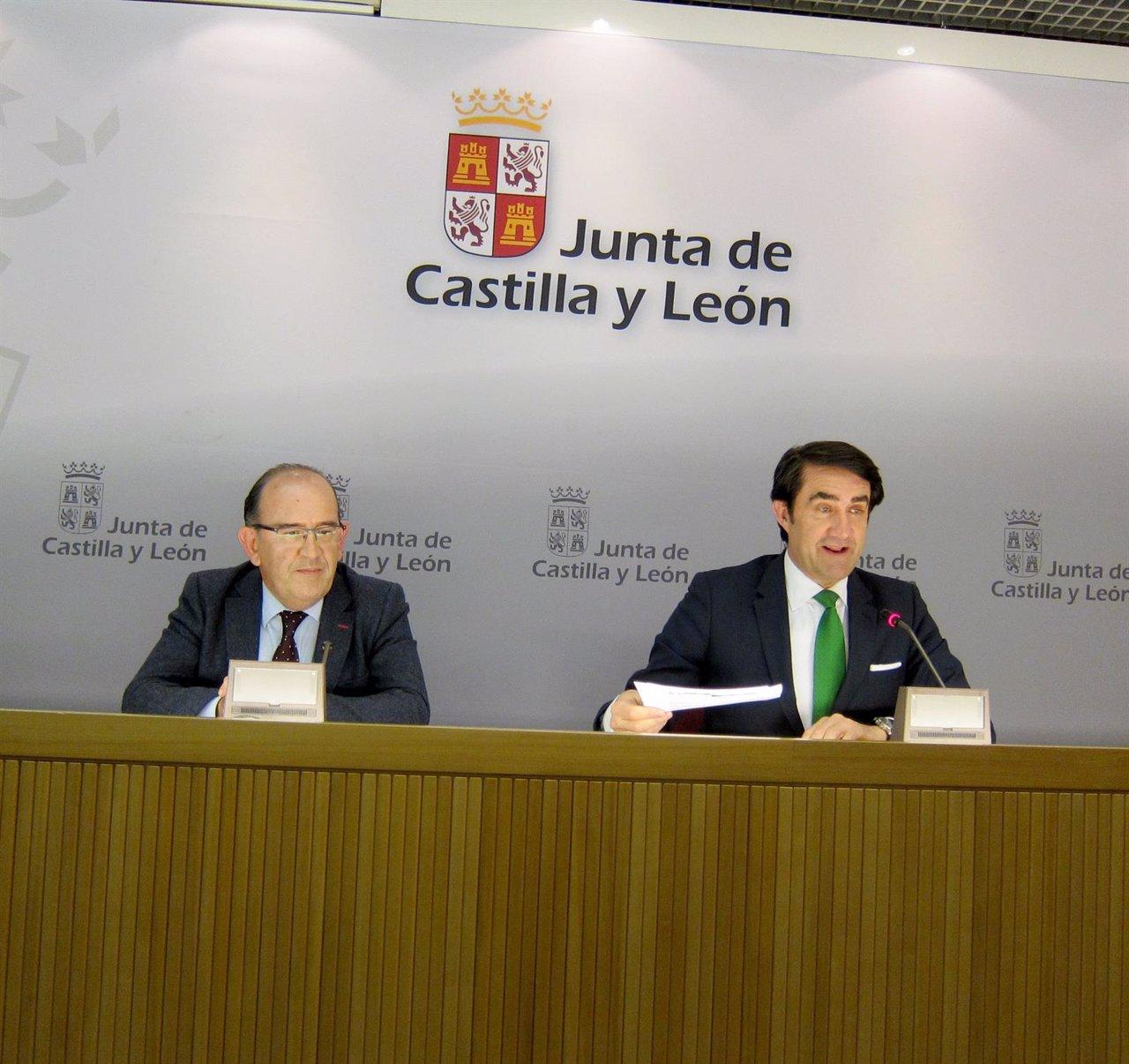 El consejero (derecha)  junto a José Manuel Jiménez.