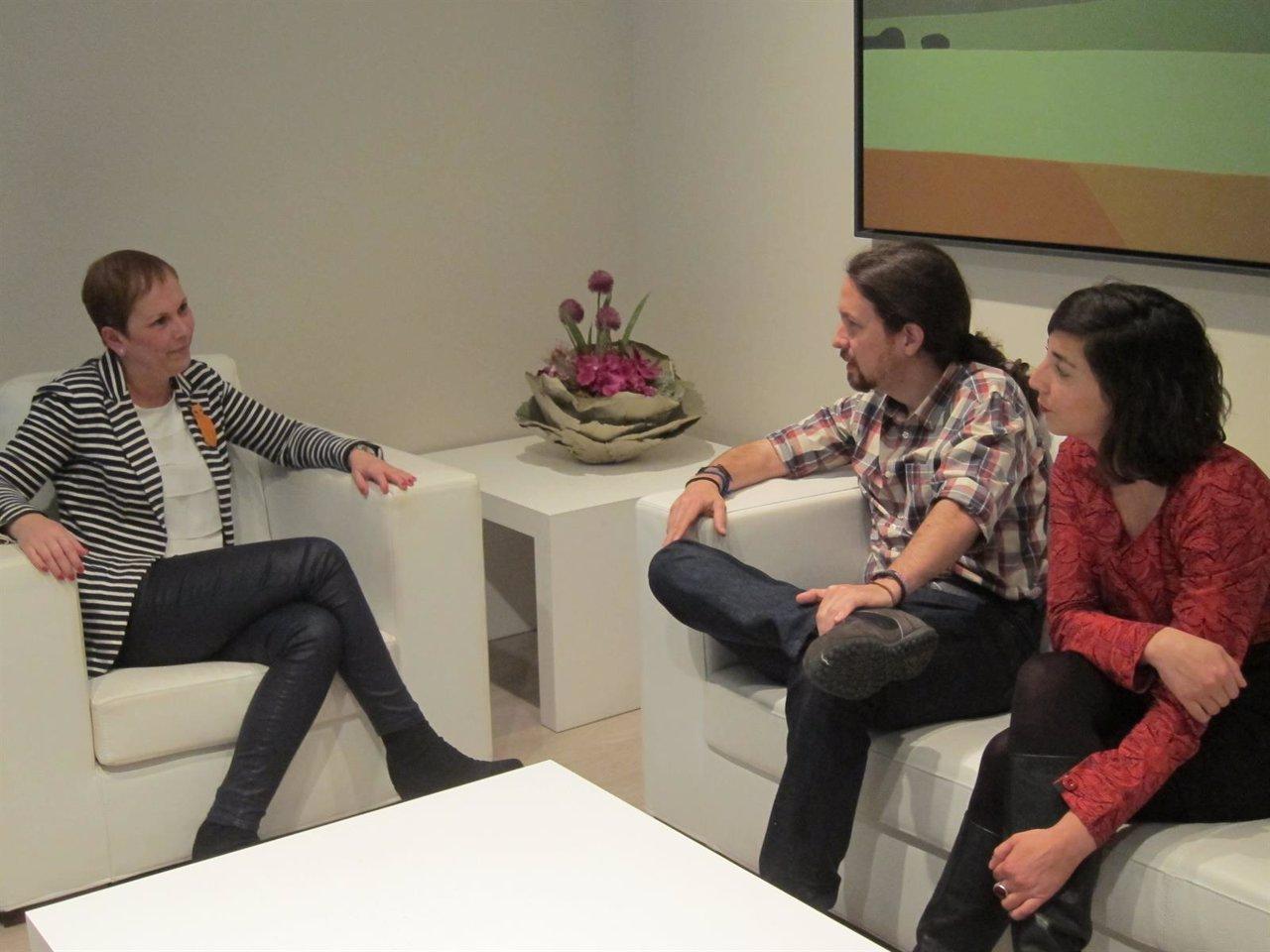 Pablo Iglesias y Laura Pérez junto a Uxue Barkos