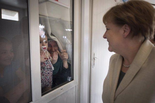 Angela Merkel con refugiados en Nizip (Turquía)