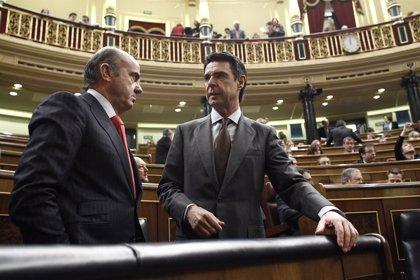 """Guindos cree que Soria """"pasará a los anales de la historia"""" como un buen ministro"""