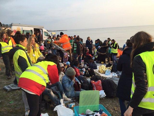 Refugiados recién llegados en patera a la isla de Lesbos