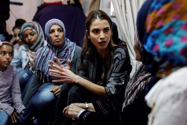 Rania de Jordania visita un campo de refugiados en Lesbos
