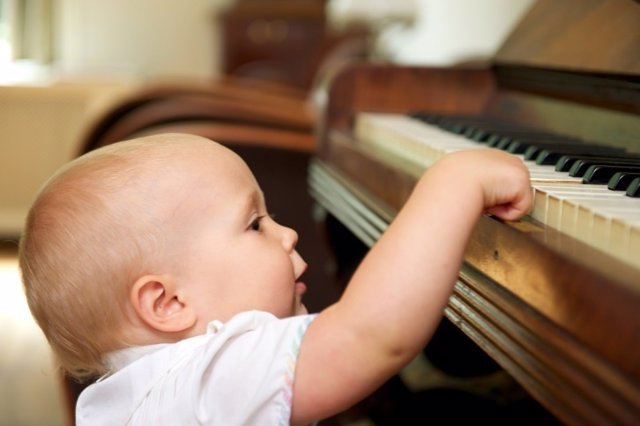 Niño, música,