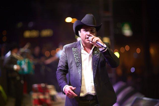 El cantante del género 'Grupero' Julión Alvarez en un concierto