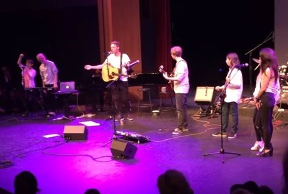 Chris Martin honra a Prince versionando Raspberry Beret con una banda de instituto