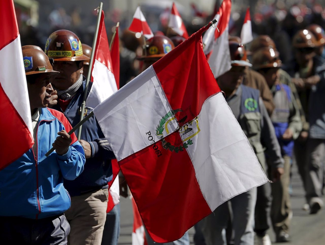 Trabajadores de las minas de Potosí asisten a una manifestación