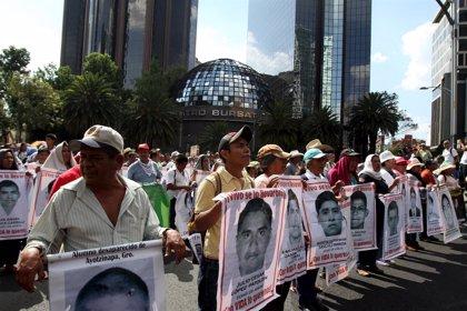 Familias de los 43 normalistas marchan en México un año y medio después de la desaparición