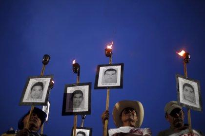 En imágenes: Familiares de los 43 normalistas marchan en México 19 meses después
