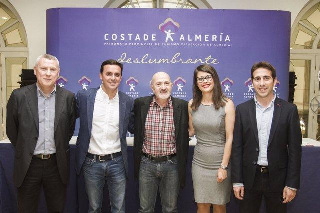 Sebastián Álvaro acompañado en su conferencia por algunos diputados.