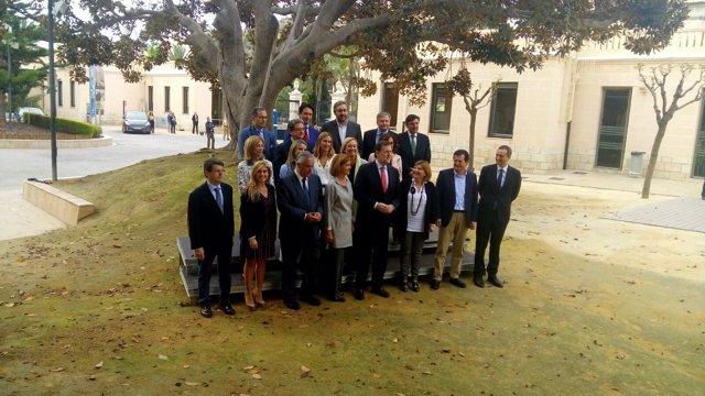 Cospedal junto a Rajoy en una foto con los portavoces en Alicante