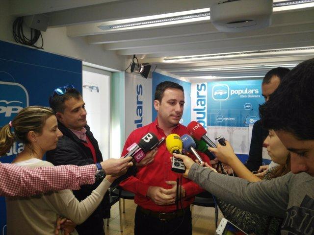 El secretario regional del PP, Andreu Ferrer, ante los medios de comunicación