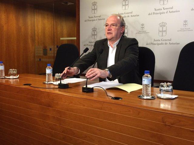 El diputado del PP,  durante la rueda de prensa.