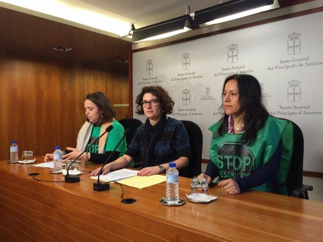 La diputada de IU junto a dos representantes de la PAH.
