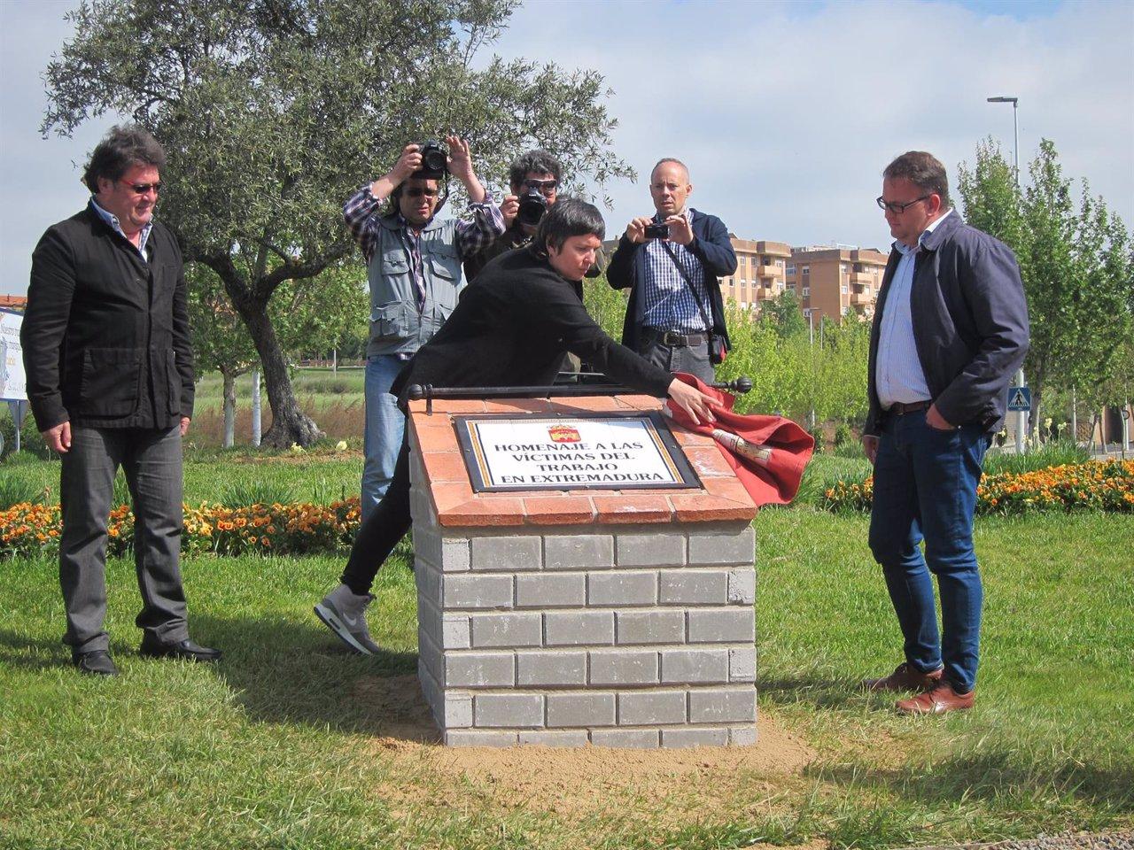 Inaugración del monolito en homenaje a las víctimas del trabajo