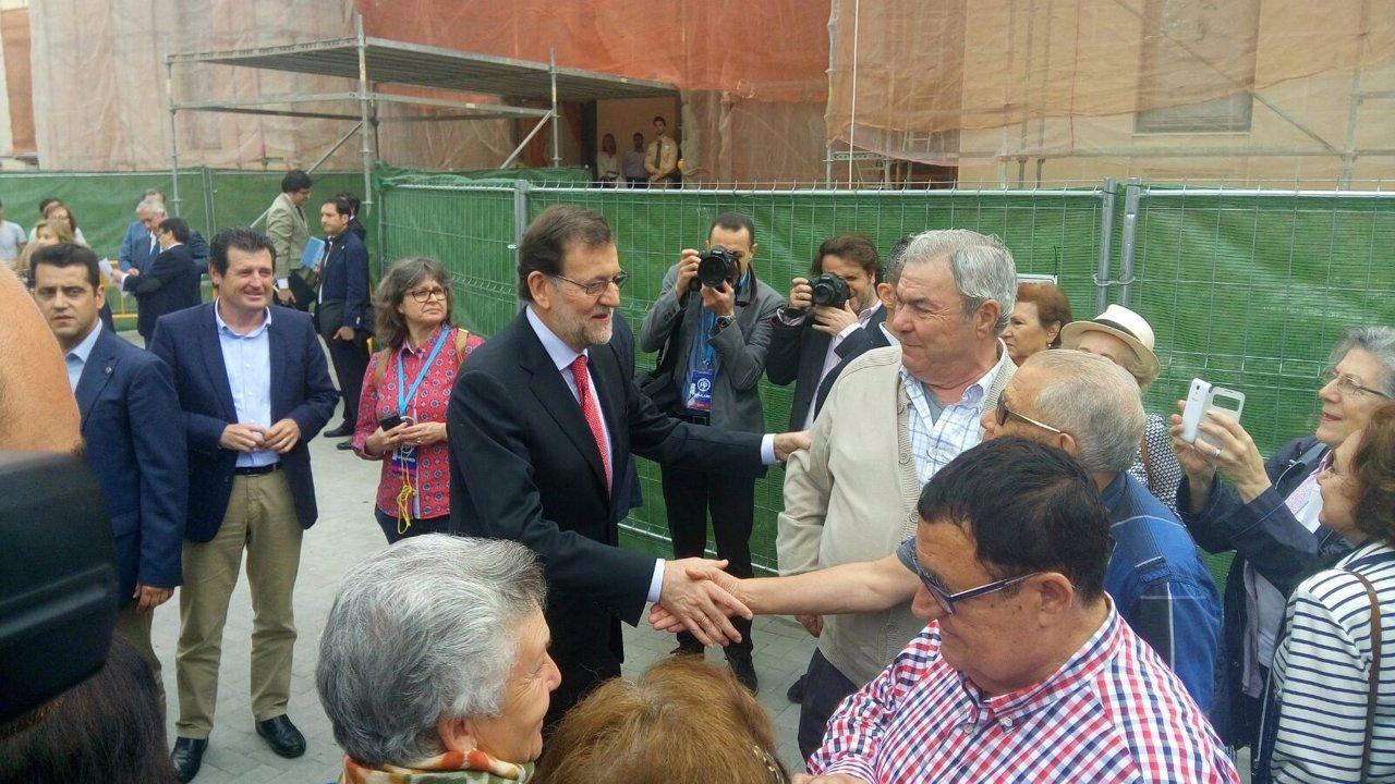 Mariano Rajoy saluda a ciudadanos en Alicante