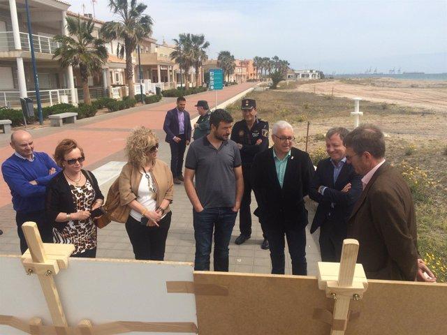 El delegado del gobierno, Juan Carlos Moragues, visita una playa de Puzol