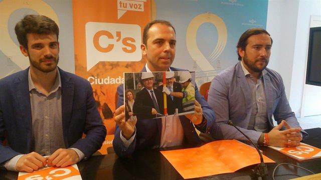 Millán muestra la foto de Cabrera y Carretero.