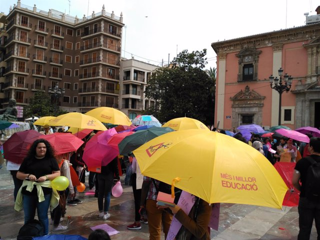 Paraguada por la educación en la Plaza de la Virgen de Valencia