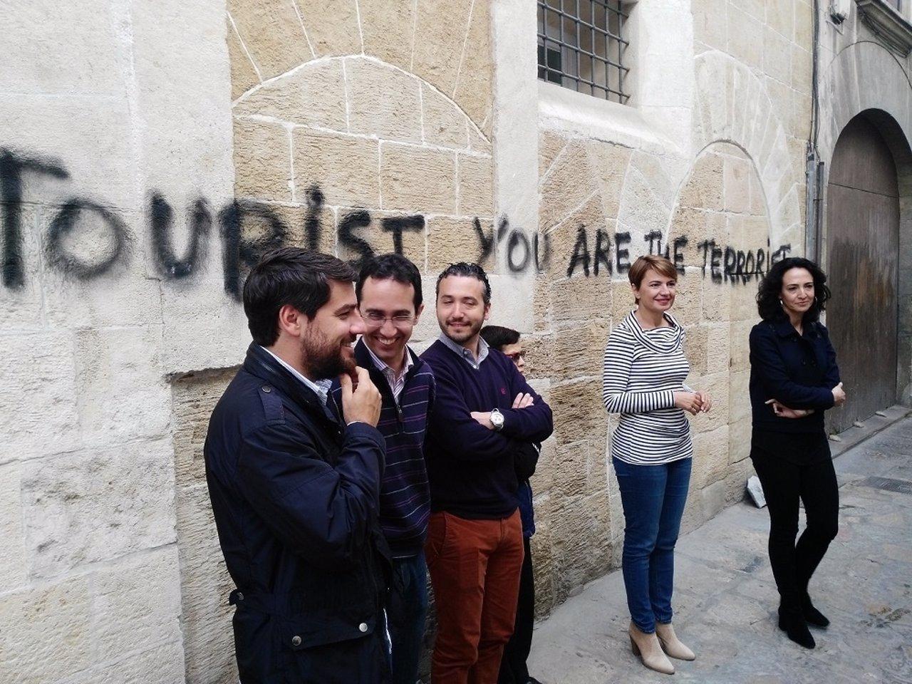 Durán ante una de las pintadas antituristas
