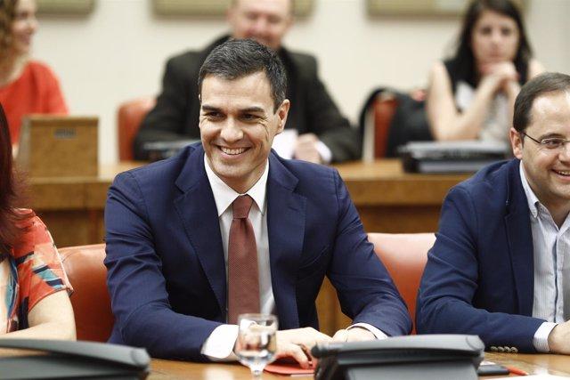Pedro Sánchez preside la reunión del grupo socialista en el Congreso
