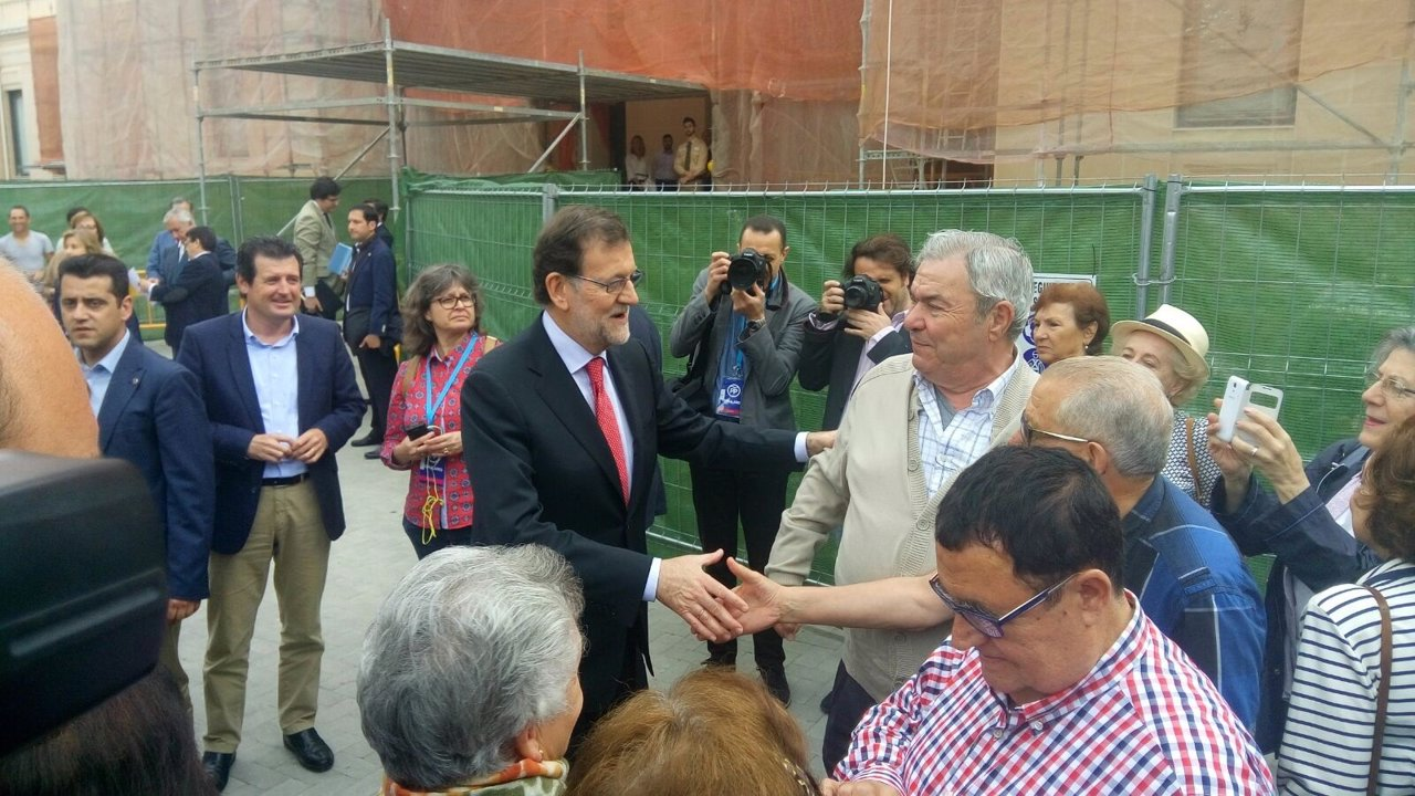 Rajoy saluda a un grupo de visitantes con los que ha coincidido en el MARQ