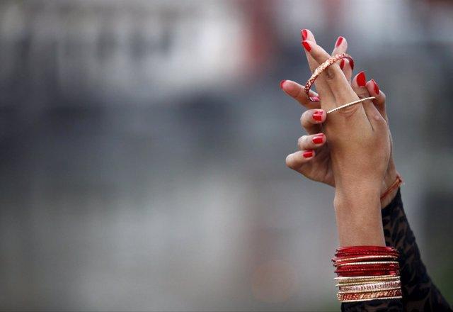 Manos de una mujer nepalí