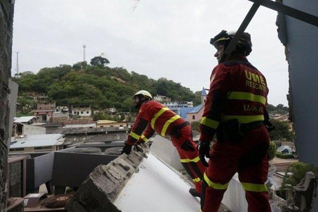Militares de la UME, ayudando en labores de rescate en Ecuador