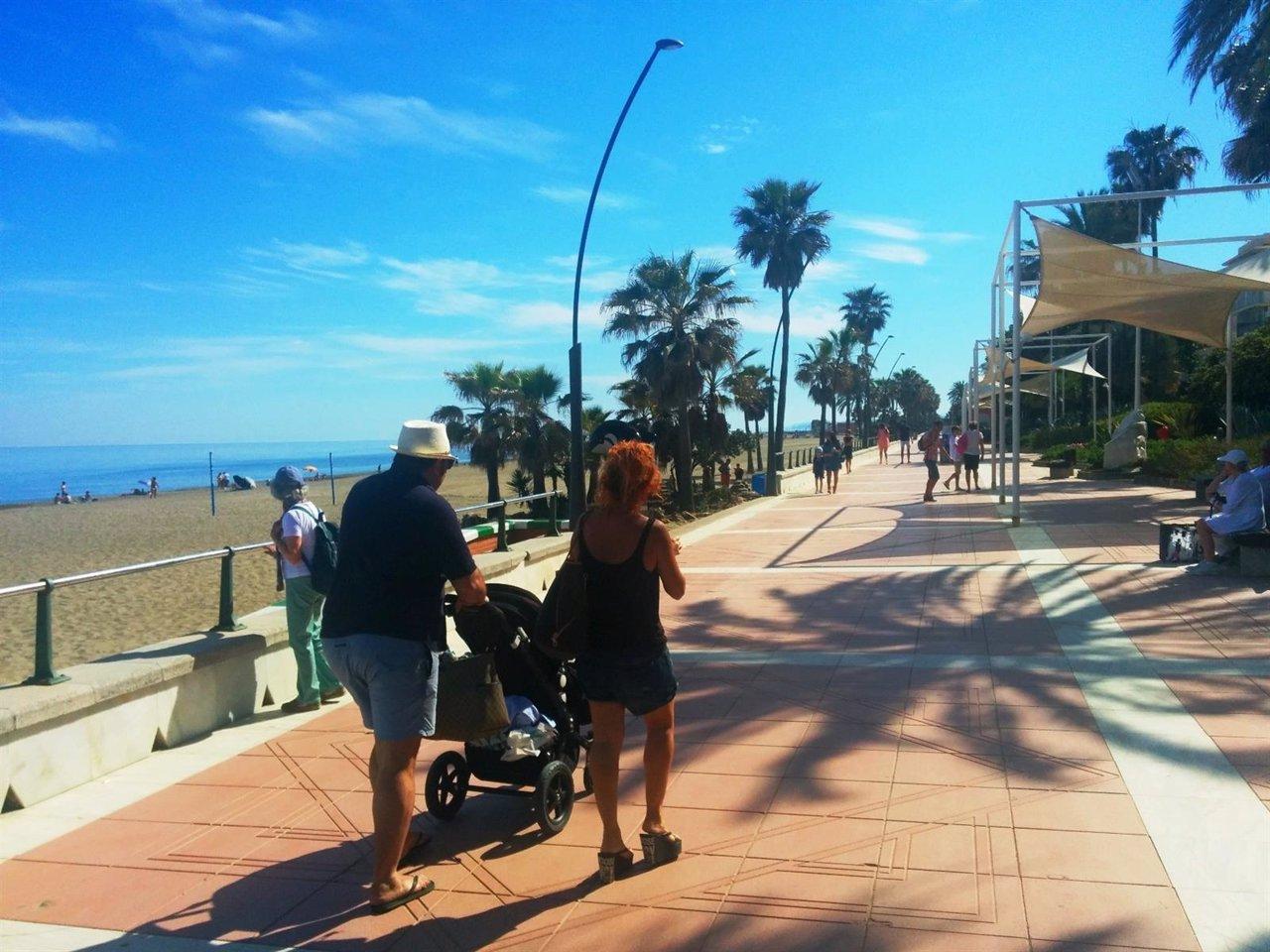 Turistas en el paseo marítimo de la Costa del Sol.