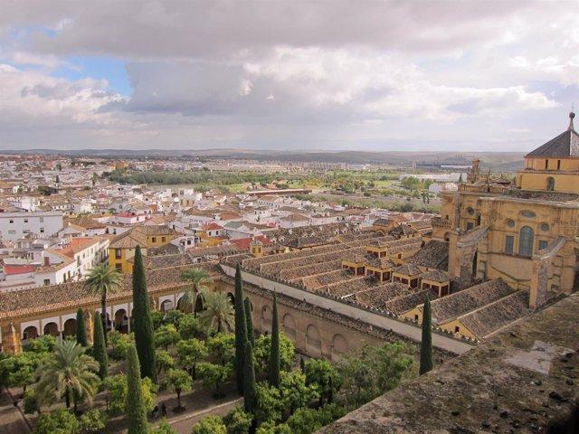Vista del Patio de los Naranjos y de la Mezquita-Catedral desde su torre