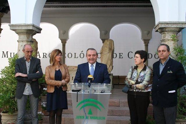 Alcalde (centro) presenta el programa 'Patios de Cultura'