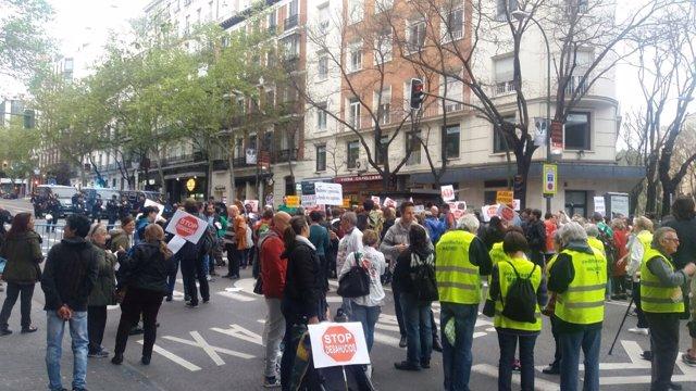Manifestantes convocados por la PAH, frente a la sede del PP en Madrid