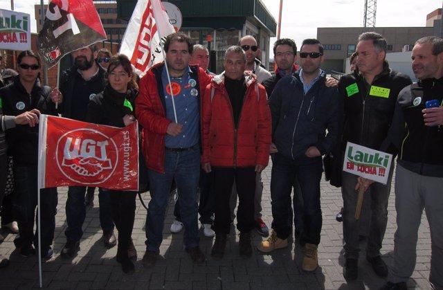 Concentración de los trabajadores de Lauki ante las puertas de la fábrica
