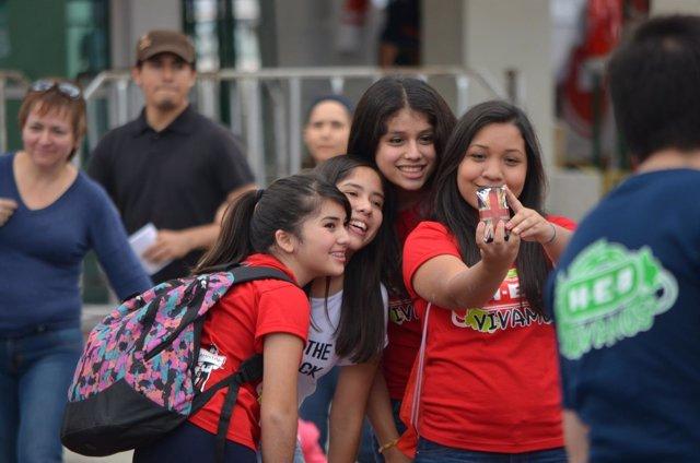 Amigos adolescentes smartphone teléfono móvil selfie