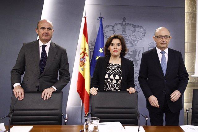 Luis de Guindos, Santamaría y Montoro tras la reunión del Consejo de Ministros