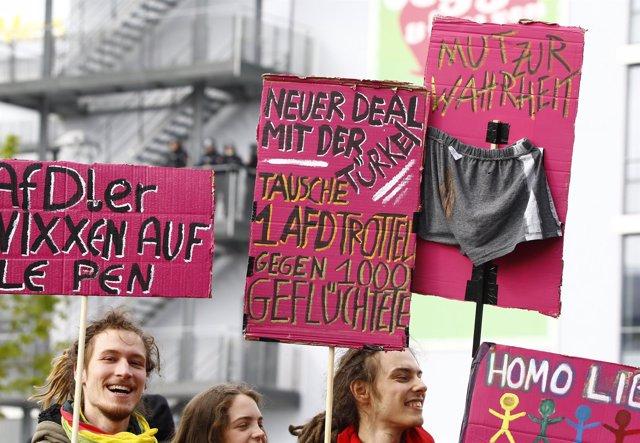 Manifestantes contra AfD en Stuttgart