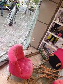 Imagen de la peluquería tras chocar un coche contra el escaparate